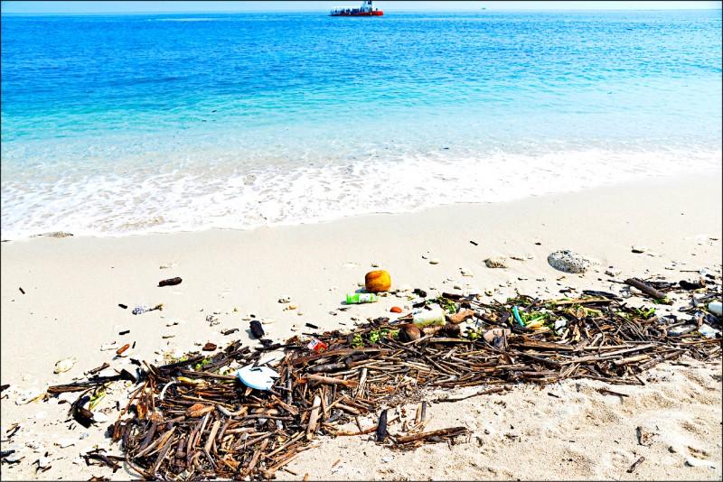 小島的沙灘或海岸邊,常可見海漂垃圾,而且大多是環境無法自然分解的塑膠類垃圾 ,所以除了淨灘,最根本的方法是大家都能減少塑膠及一次性用品的使用。(記者許麗娟/攝影)