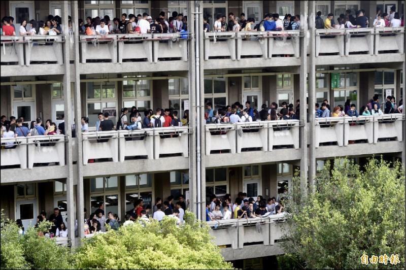 國中教育會考18日登場,21萬3691名考生分別在219個考場應試。(記者簡榮豐攝)