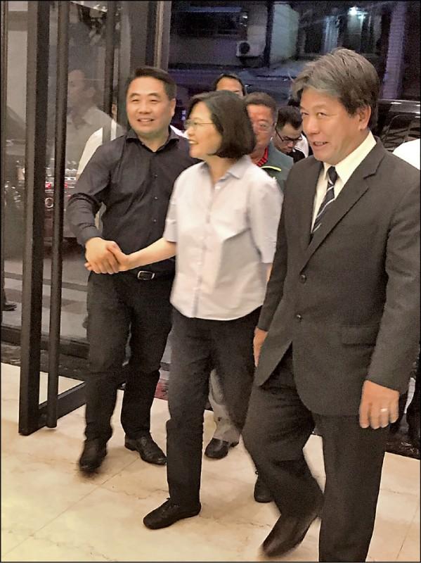 蔡英文總統17日台南部份未公開行程,由南市議長郭信良(右)陪同,引發基層部份人士不滿。(民進黨南市黨部提供)