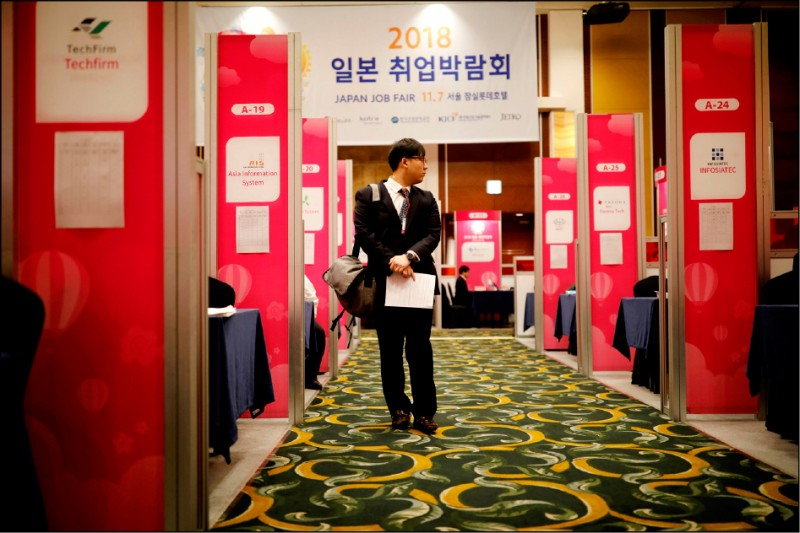 圖為在首爾的飯店舉行的「2018日本就業博覽會」,前來招募外派日本人才的一家公司,正在會場小隔間對一名求職者進行面試。(路透檔案照)
