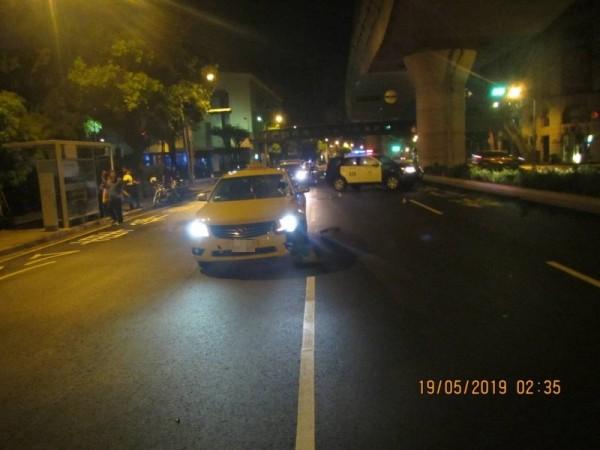 男子走斑馬線過馬路 被小黃撞飛彈到擋風玻璃命亡