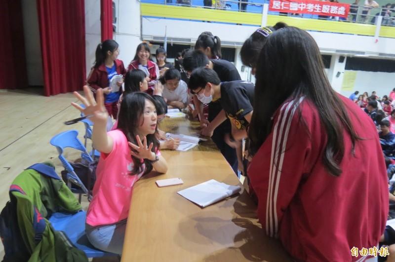 居仁國中設解題區,鼓勵學生「臨時抱佛腳」。(記者蘇孟娟攝)