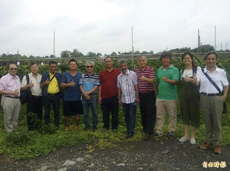 馬來西亞官員來台參訪紅龍果農場。(記者顏宏駿攝)