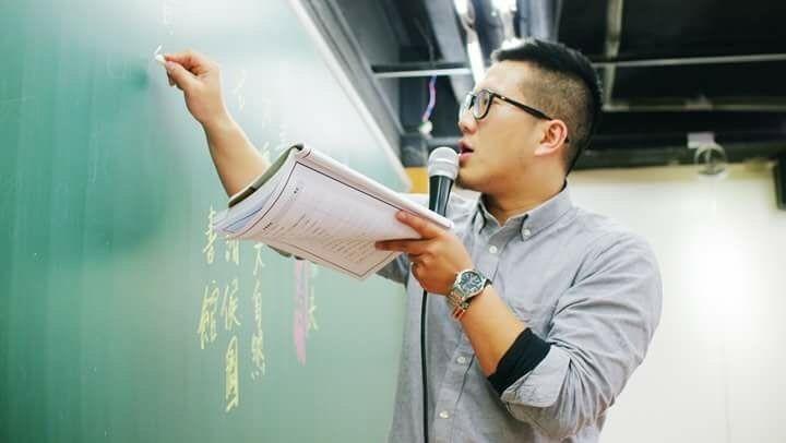 國文補教老師柳詠表示以年輕人與銀髮族的「互動」為重點,根據自身經驗與觀察,透過生動具畫面的文字敘述完整故事,若能述之以情夾帶簡單議論,拿高分不是難事。(記者鄭名翔翻攝)