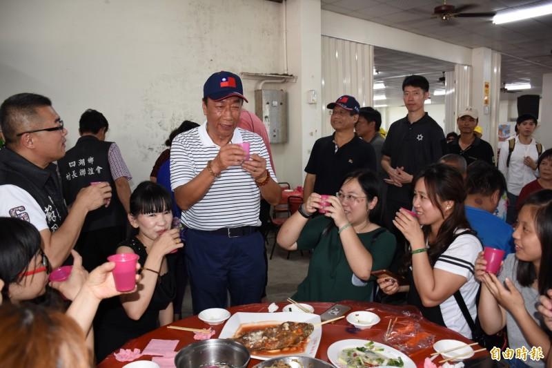 郭台銘(右4)逐桌向雲林鄉親敬酒,展現接地氣親和力。(記者林國賢攝)