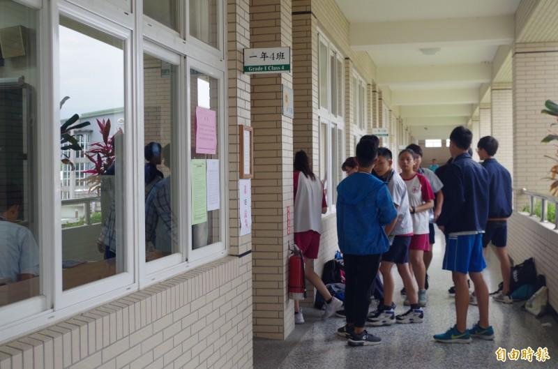 考生等待進入試場。(記者王善嬿攝)
