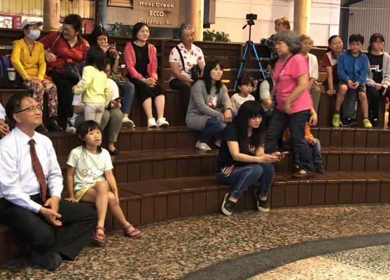 彰化市古月民俗館每週六晚在藝文廣場舉辦街頭素人音樂會,市長林世賢(左1)也前往聆聽。(記者湯世名翻攝)