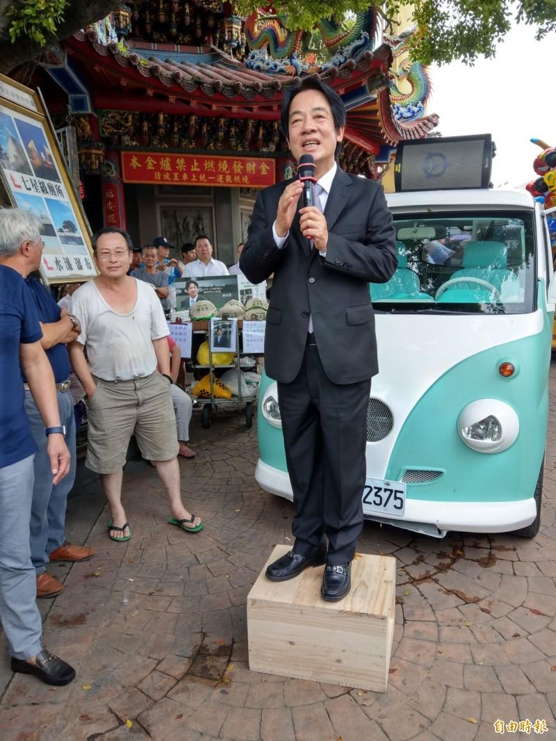 前行政院長賴清德到南投竹山紫南宮參拜,並站在自家胖卡宣傳車旁的木箱上,宣講參選理念。(記者劉濱銓攝)
