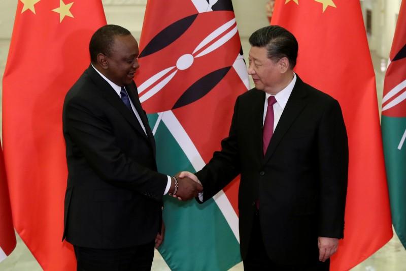 肯亞總統甘耶達4月在北京與習近平握手。(路透)