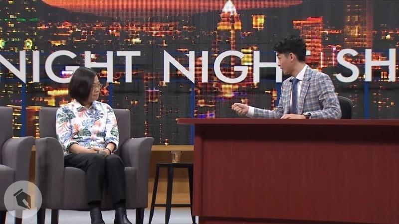 知名網路節目《博恩夜夜秀》主持人曾博恩昨日(18)晚間在臉書上發布一則新影片,以美國脫口秀方式,介紹台灣國際處境,大秀英文被網友讚美之外,更有網友有留言看完影片後:笑著笑著就哭了。(資料照)