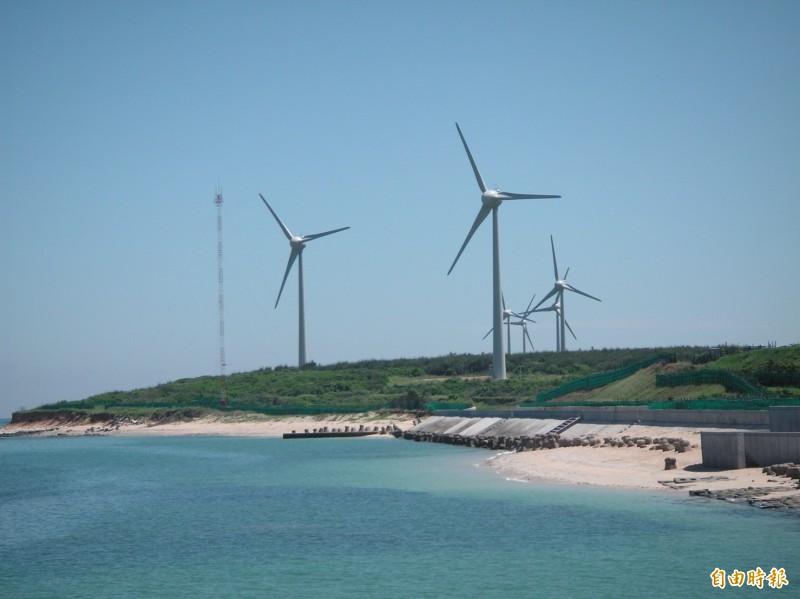 總統蔡英文昨(18)日才剛宣布離岸風場正式開工,今天又有好消息,綠黨今在臉書上發文提到,台灣再生能源發電總功率在今(19)早短暫超越核能發電,並提到「以後將成常態」。(資料照)