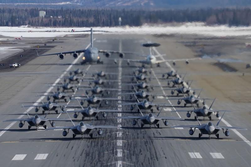 美國空軍日前軍演時秀出24架F-22猛禽匿蹤戰機、E-3空中預警機與C-17運輸機列隊進行「大象漫步」,場面壯觀。(歐新社)