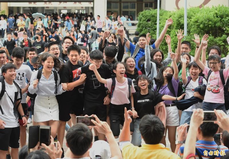 國中會考最後一天,最後一堂考試結束,師長幫考生拍照留念。(記者方賓照攝)