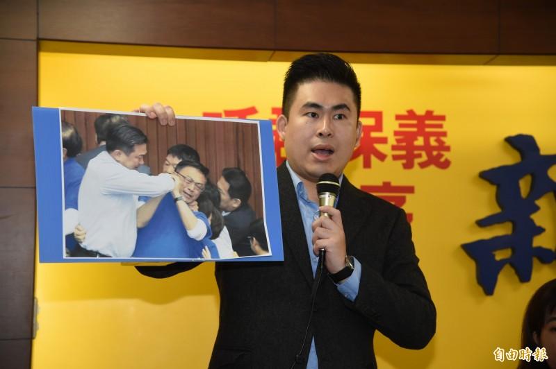 新黨「青年軍」成員王炳忠(見圖)表示,要考生表達對政府「青銀共居」政策的看法,「為政策背書的引導性太濃」。(資料照,記者黃耀徵攝)