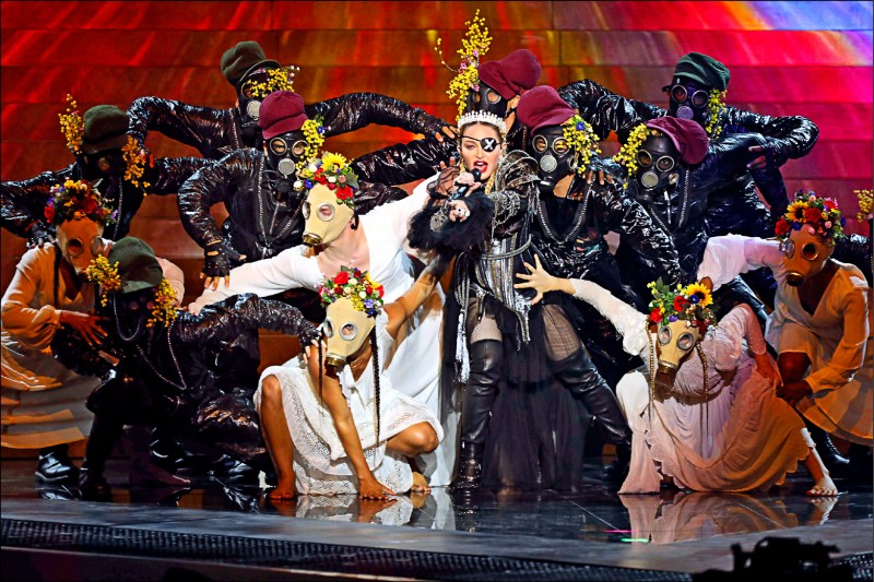 美國流行天后瑪丹娜十九日應邀在歐洲歌唱大賽上演出,在歌曲結束前,她的兩名舞者背後出現以巴旗幟,再度引發爭議。(法新社)
