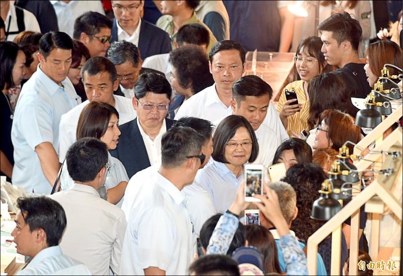 蔡英文總統昨在秘書長陳菊陪同下,到高雄港香蕉碼頭、棧貳庫,親切與遊客打招呼,遊客高興地搶著跟總統拍照。(記者張忠義攝)