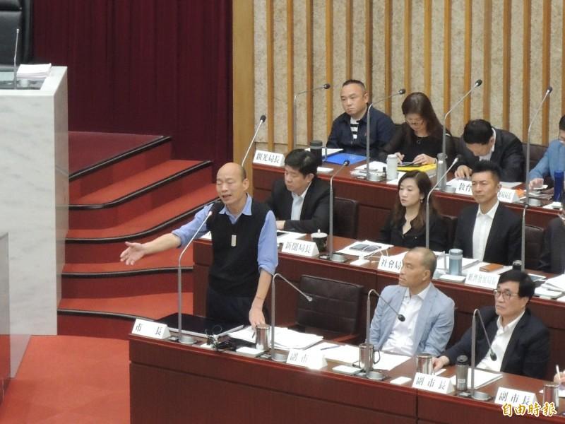 高雄市長韓國瑜答詢議員問題時講到一半被勸阻,希望直接答題,韓則告訴議員「別打岔嘛」。(記者王榮祥攝)