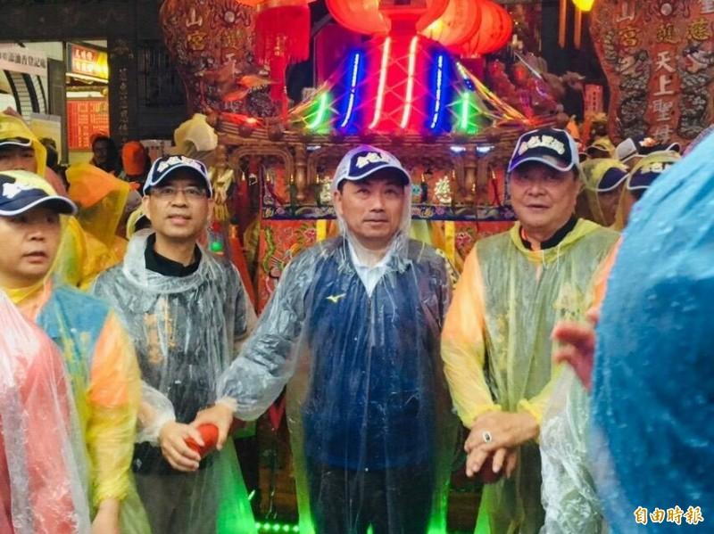 金包里二媽回娘家遇上大雨,新北市長侯友宜(中)一行人都成為落湯雞。(記者林欣漢攝)