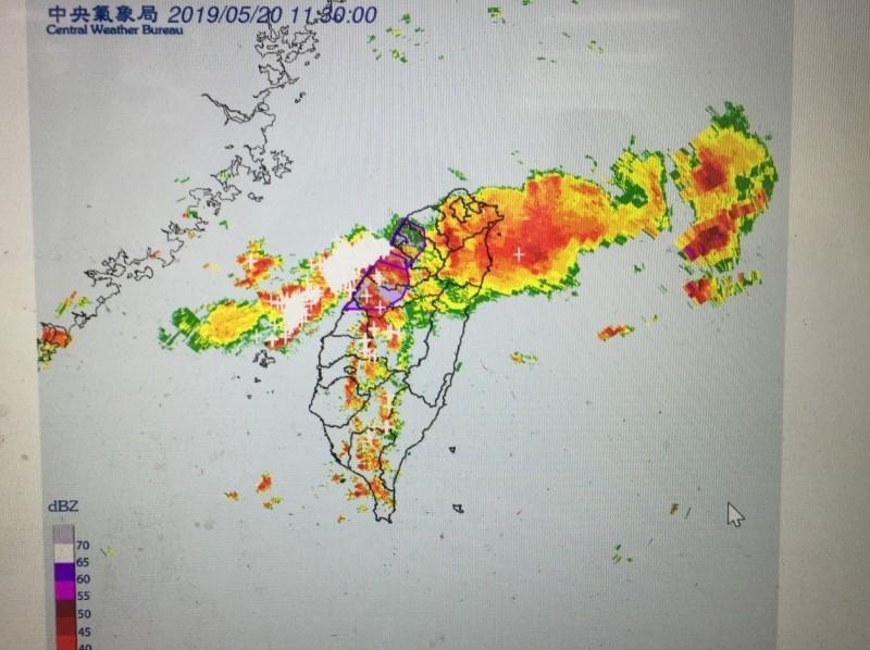 氣象局提醒民眾留意瞬間大雨。(記者林國賢翻攝)