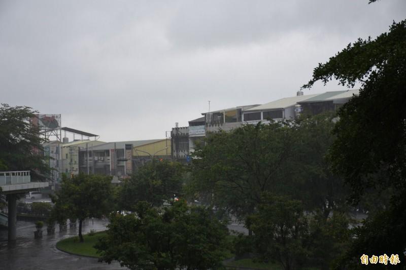 雲林已出現間歇性大雨。(記者林國賢攝)