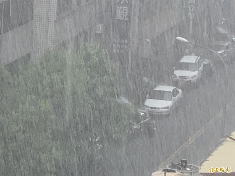 中部地區今天降下暴雨,整整下了數小時之久,天色昏暗有如黑夜一般。(記者湯世名攝)