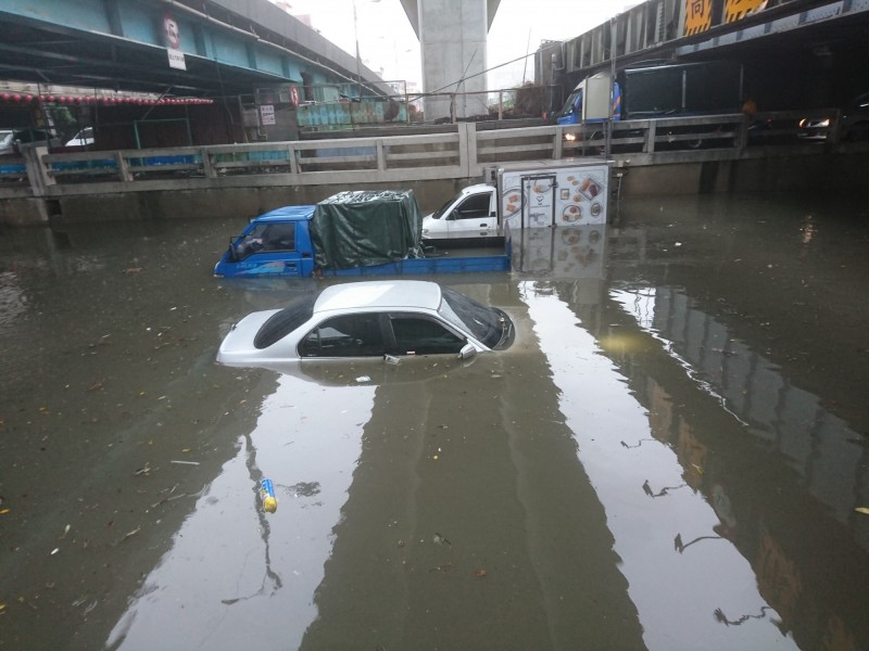 台中國光林森地下道3車滅頂、司機幸運逃出