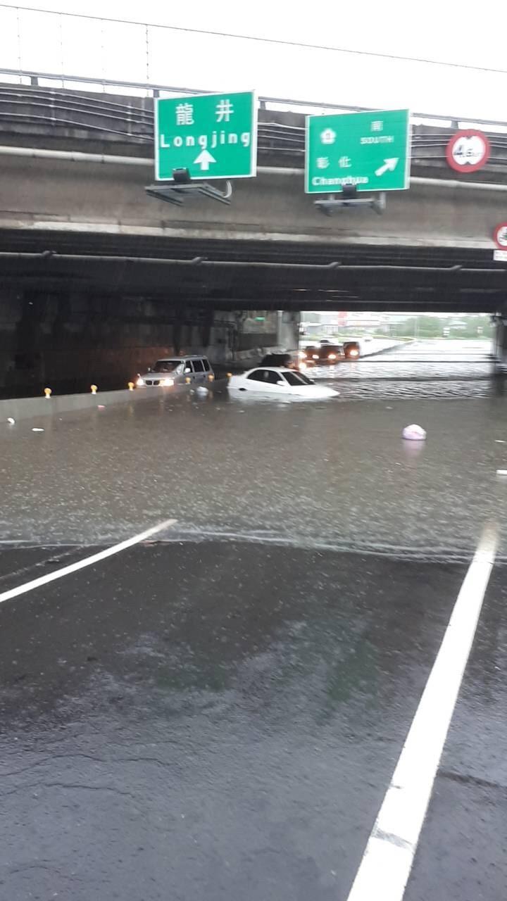 台中市區強降雨多處積水 有汽車滅頂受困駕駛爬上車頂求救
