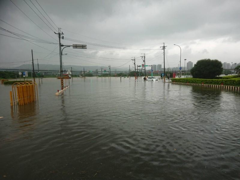 五股疏洪道路淹水嚴重。(記者曾健銘翻攝)