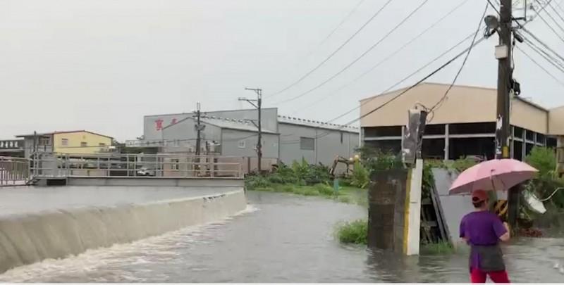 烏日中興抽水站抽水不及,滾滾洪水溢流到路面,造成附近的街道、民宅淹水。(記者陳建志翻攝)