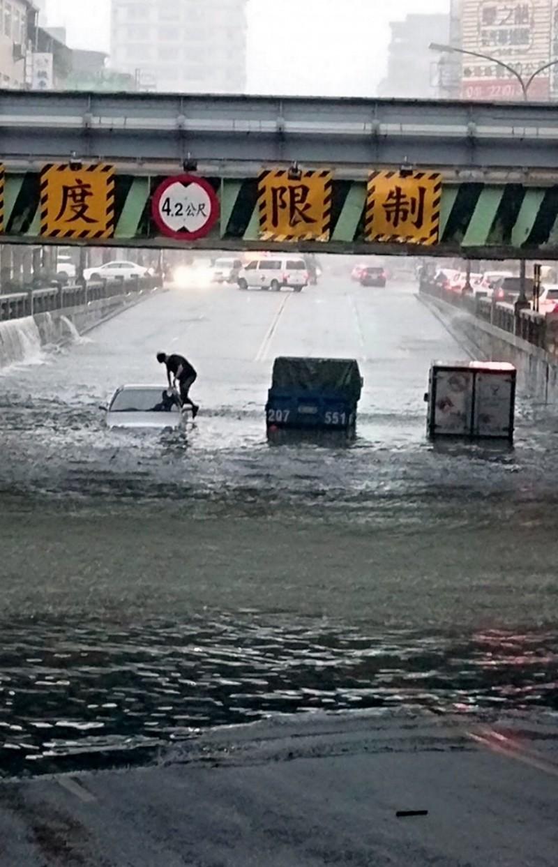 中市強降雨 多處地下道、道路封閉