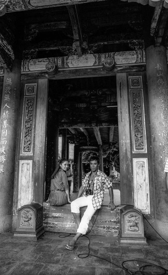 台視在1980年開拍電視劇《碧海情濤》,演員胡因夢(圖左)、田文仲(圖右)在鹿港龍山寺出外景。(林彰三攝,林君勇提供)