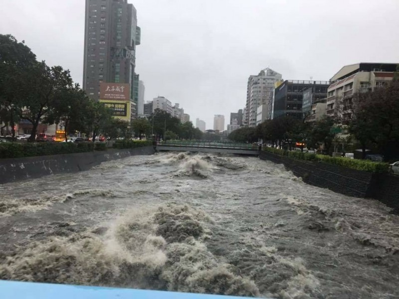 雨炸台中 兩溪瀕臨警戒線、3車水淹拋錨