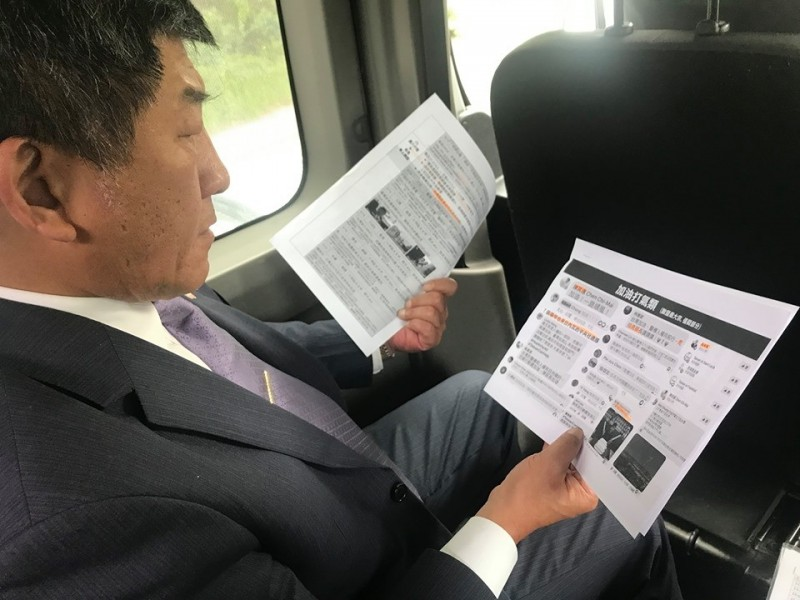 衛福部長陳時中閱讀網友的意見。(衛福部提供)