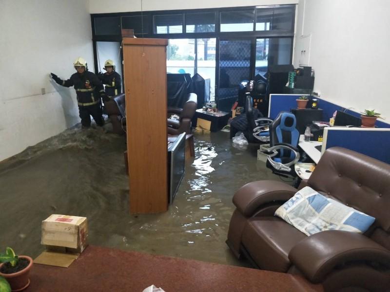 洪水衝破家門 大甲牛樟木業者損失慘重