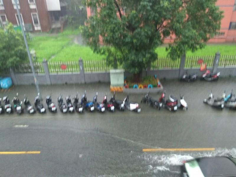 暴雨襲擊板橋市區淹水 議員質疑排水系統沒做好