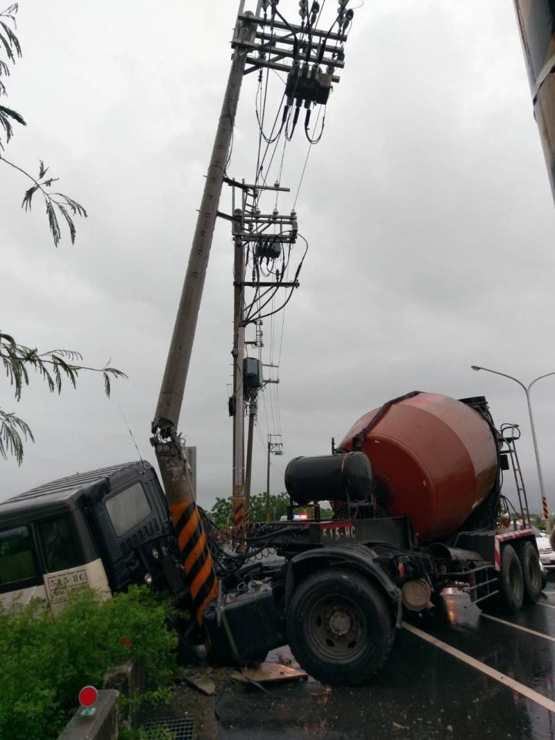 台南天雨路滑 混凝土車攔腰撞斷電線桿 幸司機無礙