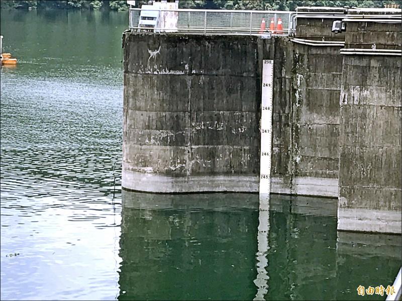 石門水庫大壩水位接近滿水位245公尺。(記者李容萍攝)