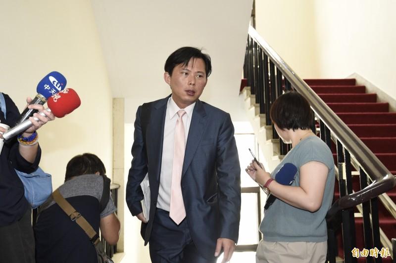 黃國昌今(20)日在臉書透露,今質詢完畢後遇到警政署的國會聯絡人,直接問他「需不需要派個隨扈?」(資料照)