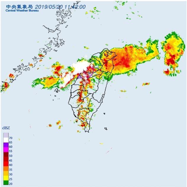 隨著鋒面逐漸往南移動,中央氣象局稍早針對苗栗縣、台中市、彰化縣」發布大雷雨即時訊息。(圖擷取自中央氣象局)