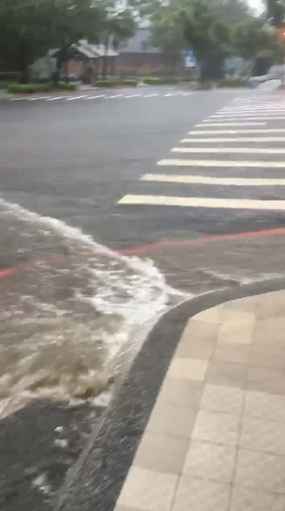 在臉書上也陸續有民眾發文,指淡水、北投在持續豪雨下已出現多處淹水。(圖由網友Tony Tien提供)