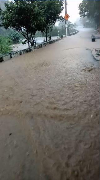 有網友PO文指出,淡水有多地方淹水,通往砲台公園的路也變成「黃河流域」。(圖由網友王小姐提供)