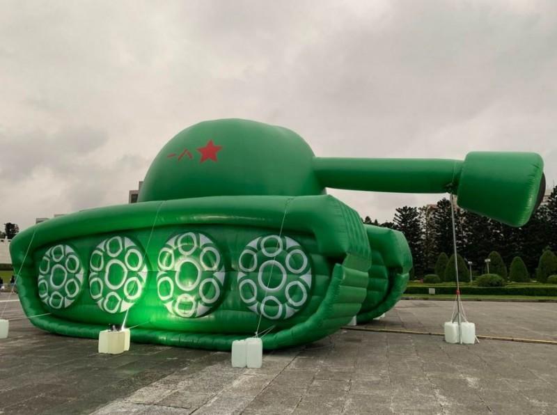 坦克側面還有中國解放軍軍徽,下垂的砲管相當搶眼。(圖擷取自PTT)