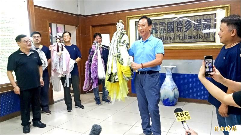 藍營政治人物瘋布袋戲!鴻海董事長郭台銘昨參觀霹靂布袋戲,自比布袋戲明星「素還真」。(記者廖淑玲攝)