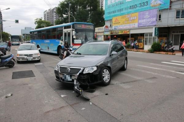 首輛遭撞的福斯汽車。(記者鄭名翔攝)