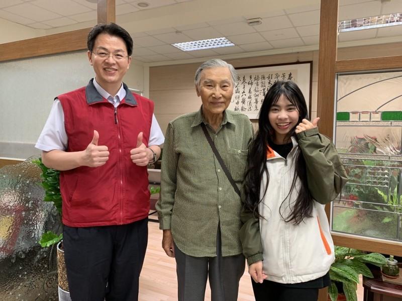 張就道(中)十分開心找到「好心女孩」彭思婷(右),校長張正彥(左)也利用朝會時間公開表揚同學的善舉。(圖由暨大附中提供)
