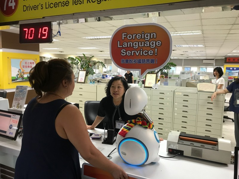 高雄市區監理所推AI機器人即時翻譯服務