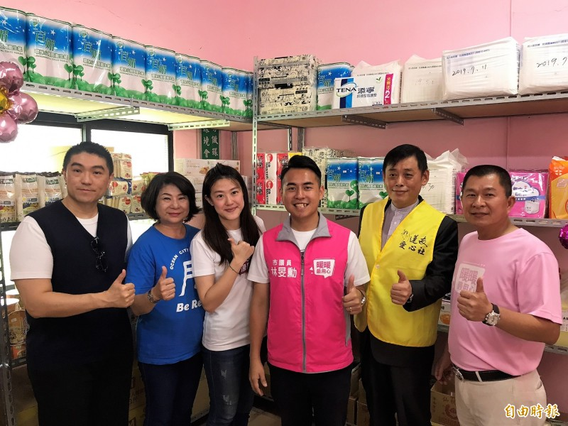 基隆第一間民間自主發起的食物銀行「暖暖最用心幸福食物銀行」揭牌。(記者林欣漢攝)