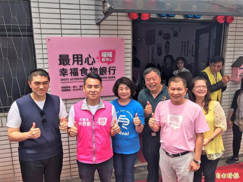 基隆市暖暖區議員林旻勳(左2)向台北市忠勤里長方荷生(左4)取經,在暖碇路2號成立「暖暖最用心幸福食物銀行」,是基隆市第一間民間自主發起的食物銀行。(記者林欣漢攝)