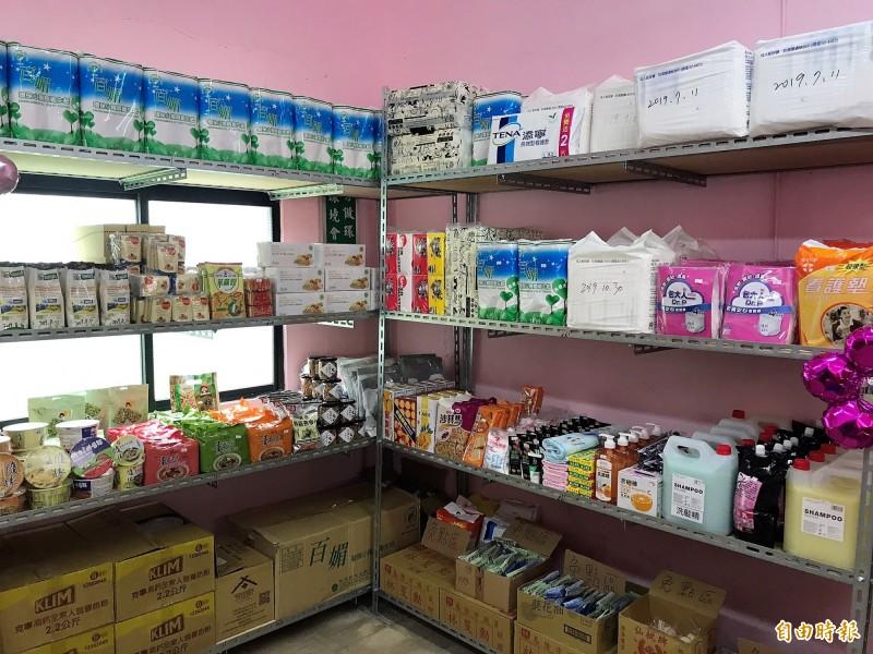 「暖暖最用心幸福食物銀行」架上琳瑯滿目的毛巾、沐浴乳、尿布、米粉、罐頭、衛生紙等民生用品及食品,讓民眾驚呼「好像一家超市!」(記者林欣漢攝)