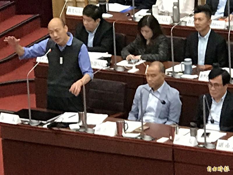 韓國瑜撿到槍狂掃民進黨前朝和執政中央,原來都是國民黨議員黃紹庭所丟的質詢議題。(記者黃良傑攝)